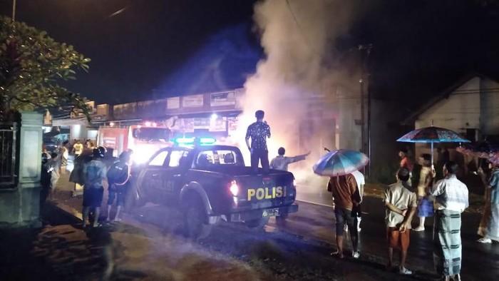 Mobil sedan BMW bernopol P 1034 HJ terbakar di pinggir jalan depan toko bangunan Jalan Argopuro, Dusun Sumuran, Desa Klompangan, Kecamatan Ajung, Sabtu (13/3/2021) malam. Kebakaran mobil sedan warna putih itu terjadi sekitar pukul 18.50 WIB.
