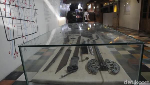 Lebih kurang terdapat 20 senjata tajam, berupa celurit, kapak dari gear motor, gergaji yang dibuat dari lempengan besi, sikat gigi yang dimodifikasi berbentuk runcing hingga pedang sepanjang 30 cm.