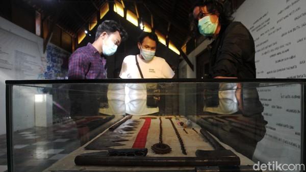 Pengunjung mengamati benda-benda yang dipamerkan pada Pameran tentang klitih bertajuk The Museum of Lost Space di Galeri Lorong Jalan Nitiprayan, Kasihan, Kabupaten Bantul, Yogyakarta, Sabtu (13/3/2021).