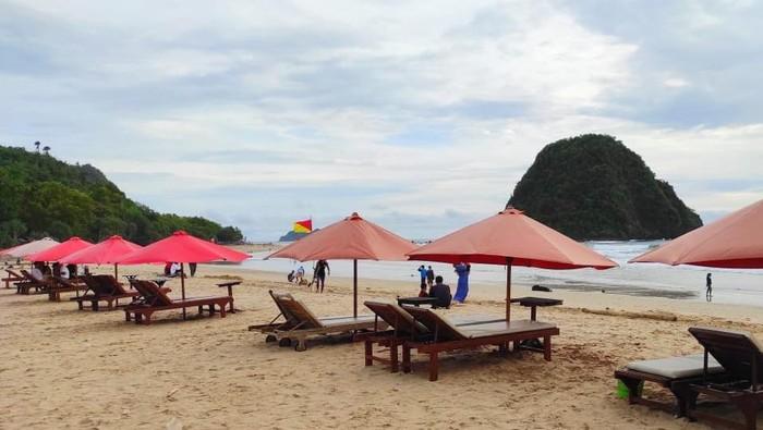 Pantai Pulau Merah, di Kecamatan Pesanggaran Banyuwangi