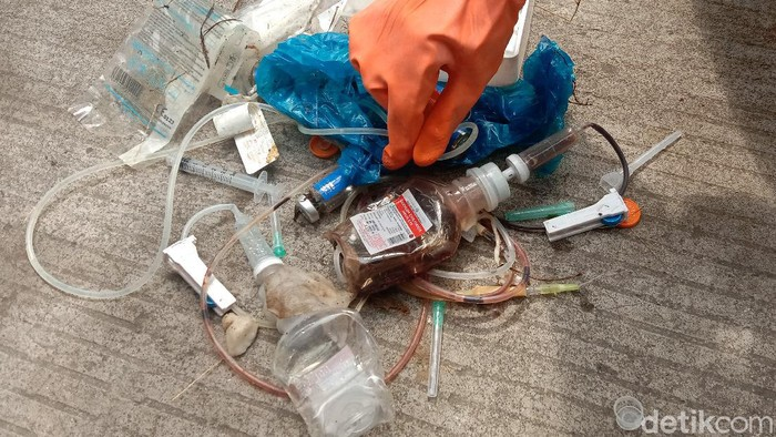Sejumlah limbah medis berupa jarum suntik hingga infus ditemukan di area persawahan Kelurahan Mlati Kidul, Kecamatan Kota, Kudus, Jawa Tengah.