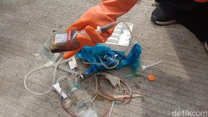 Penampakan limbah medis yang ditemukan di area sawah di Kelurahan Mlati Kidul, Kecamatan Kota, Kudus, Sabtu (13/3/2021)