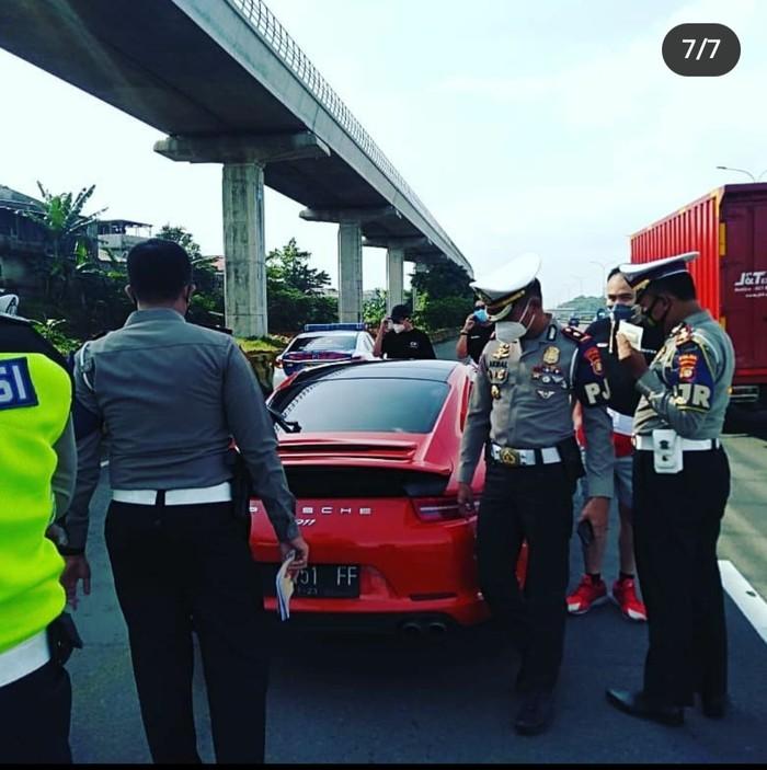 Polisi tilang pengemudi Porsche yang ugal-ugalan (Istimewa)