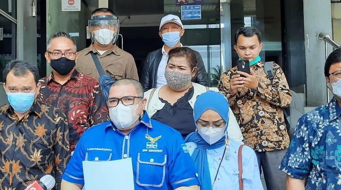 Razman Nasution (kemeja biru)/(Yogi-detikcom)