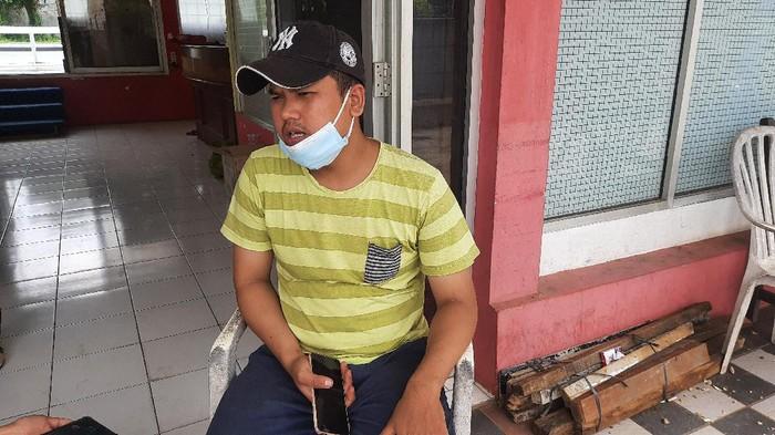 Salah satu anak pemilik rumah yang aksesnya ditutup tembok, Acep (Fathan-detikcom)