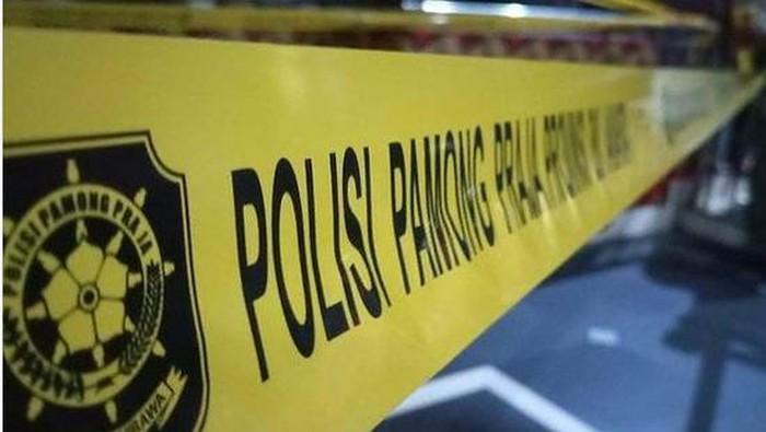 Satpol PP DKI Jakarta saat menyegel kafe yang melanggar aturan PPKM mikro