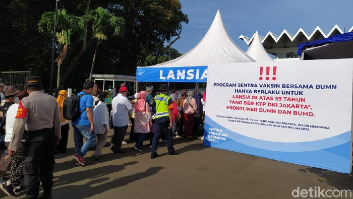 Simpang siur informasi tentang Sentra Vaksinasi Bersama membuat beberapa lansia dari luar DKI ikut datang ke Senayan