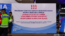 Sentra Vaksinasi Bersama BUMN sedianya hanya melayani lansia ber-KTP DKI. Namun broadcast viral membuat informasi jadi simpang siur, lansia luar DKI ikut antre.