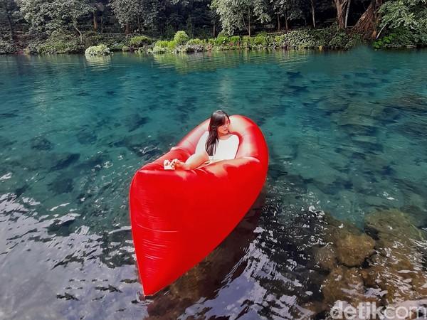 Ada beberapa wahana bermain seperti sepeda gantung, bebek gowes, perahu dayung. Selain itu travelers juga diperbolehkan memberi makan ikan yang ada di Situ Cipanten.