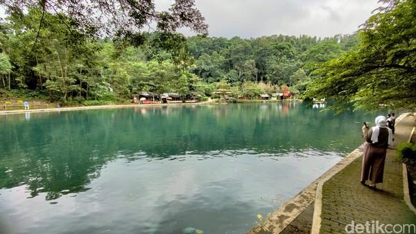 Situ Cipanten ini dikenal dengan danau alami yang memiliki air berwarna biru dan sangat jernih.
