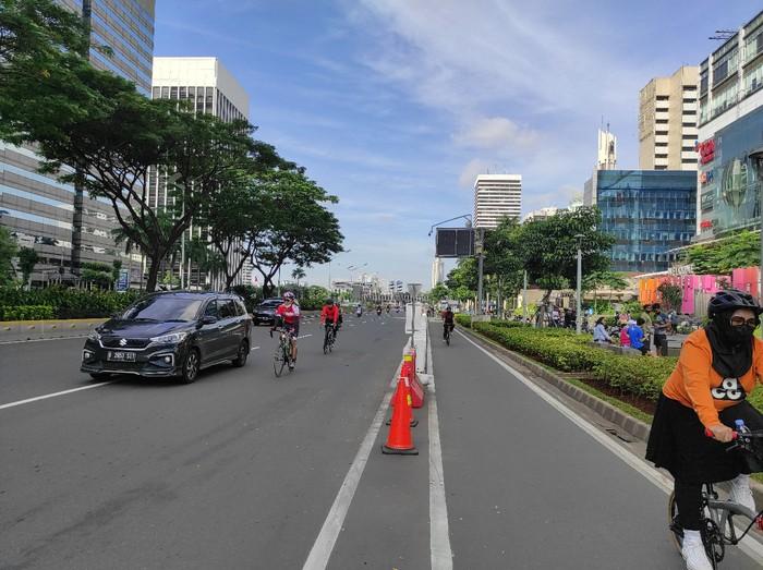 Suasana jalur sepeda permanen di Jalan Sudirman, Jakarta, Sabtu (13/3/2021)/(Azhar-detikcom)