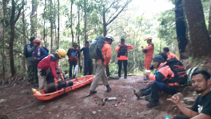 Tim Basarnas Makassar menuju lokasi terjatuhnya pendaki (dok. Basarnas Makassar)