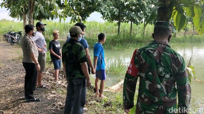 Dua pemburu biawak di Lamongan tewas tenggelam dalam waduk desa. Mereka tenggelam saat semangat mengejar buruan.