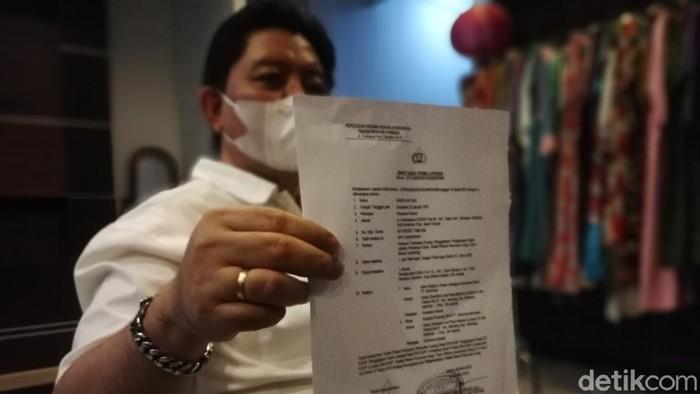 Andri Cahyadi, pengusaha asal Solo menunjukkan bukti laporan dari Bareskrim, Sabtu (13/3/2021).
