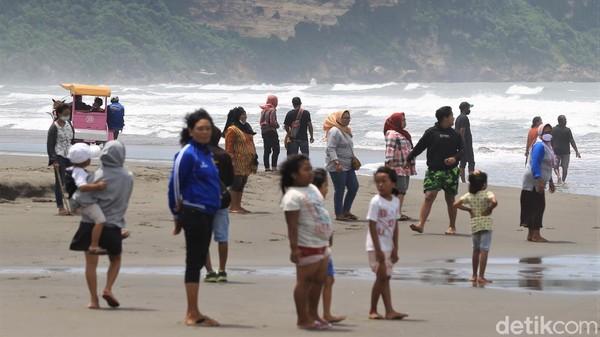 Seperti diketahui, Pantai Parangtritis menjadi salah satu destinasi wisata yang populer di Yogyakarta. Tak sedikit wisatawan yang datang ke pantai tersebut untuk berlibur bersama keluarga.