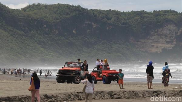 Tampak sejumlah wisatawan menyewa mobil jeep untuk berkeliling kawasan Pantai Parangtritis.