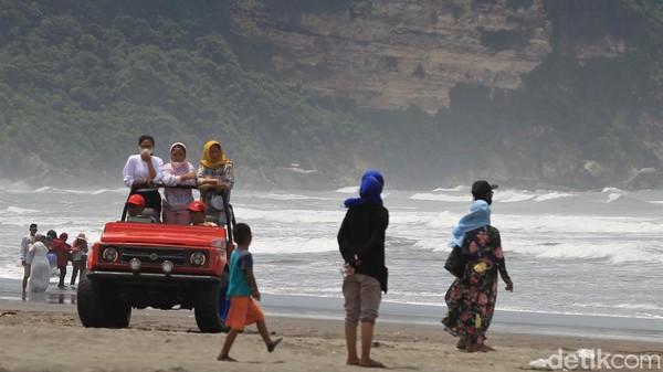 Pantai Parangtritis masih menjadi primadona di kalangan wisatawan yang berlibur ke kawasan Yogyakarta saat momen libur nasional.