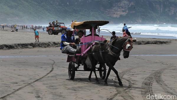 Sejumlah wisatawan tampak beraktivitas di kawasan Pantai Parangtritis, Bantul, Yogyakarta, Minggu (14/3/2021).