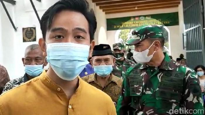 Wali Kota Solo Gibran Rakamubing mengajukan tambahan vaksin COVID-19