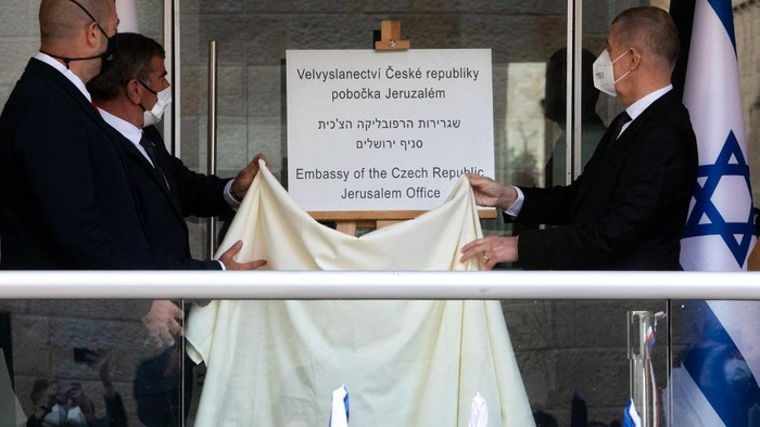 Czech Prime Minister Andrej Babis (R), Israeli Foreign Minister Gabi Ashkenazi (C) and Israeli Minister of Public Security Amir Ohana unveil a plaque during a ceremony marking the opening of the new Embassy of the Czech Republic Jerusalem office, on March 11, 2021. (Photo by Sebastian Scheiner / POOL / AFP)