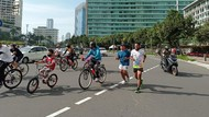 Pesepeda Dominasi Kawasan Bundaran HI di Minggu Pagi