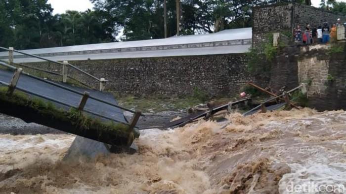 Jembatan penghubung kecamatan di Kabupaten Pasuruan ambruk. Jembatan ambruk setelah terempas arus sungai yang meluap.