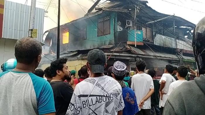 Kebakaran Lalap 3 Bangunan di Ambon, Sempat Terdengar Ledakan (Foto: Muslimin Abbas/detikcom)