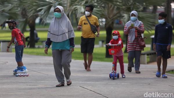 Taman Lapangan Banteng, Jakarta Pusat, kembali dibuka untuk umum sejak Sabtu (13/3) kemarin. Kembali dibuka untuk umum, Taman Lapangan Banteng pun jadi tujuan sejumlah warga Jakarta yang hendak mengisi waktu di akhir pekan.