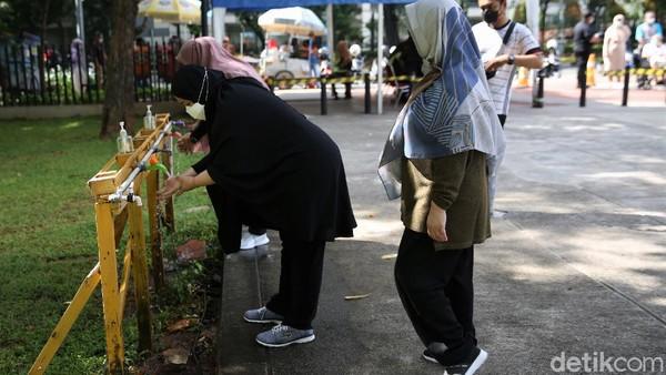 Selain itu pengunjung juga diimbau untuk mencuci tangan di fasilitas pencuci tangan yang telah disediakan di kawasan Taman Lapangan Banteng, Jakarta.