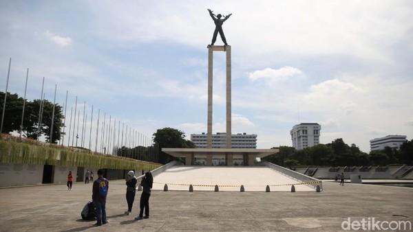 Banyaknya warga yang mengunjungi Taman Lapangan Banteng tidak sampai menimbulkan kerumunan di area taman tersebut. Pengelola taman tersebut juga telah menyediakan lahan parkir dan menata parkir kendaraan para pengunjung.