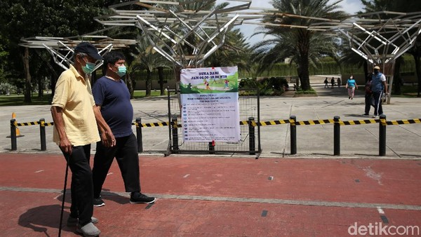 Area bermain untuk anak-anak terlihat masih ditutup dengan diberi tanda pembatas berupa garis kuning. Anak di bawah umur 9 tahun dan lansia memang belum diperkenankan masuk ke taman tersebut.