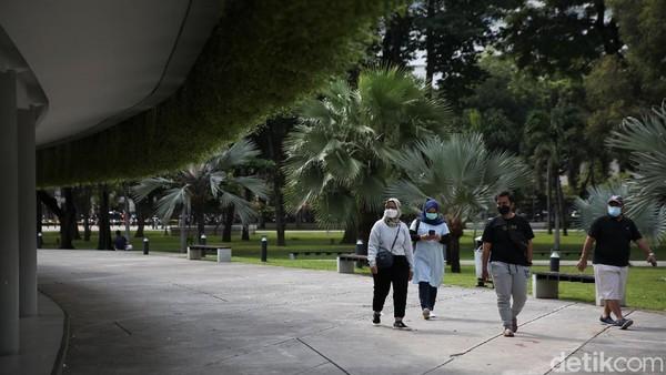 Komandan Regu Pengamanan Taman Lapangan Banteng Mufti Rizal Siregar mengatakan di taman tersebut tetap diterapkan protokol kesehatan.