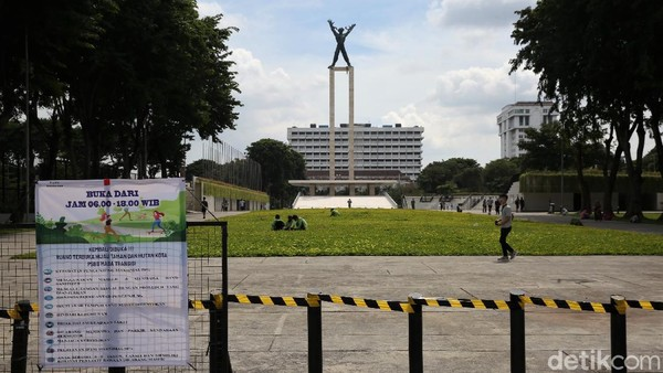 Sejumlah warga beraktivitas di Taman Lapangan Banteng, Jakarta, Minggu (14/3/2021).
