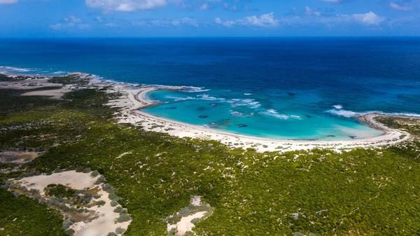 Lepas dari pantai, pemandangannya sangat indah karena pulau ini dikelilingi lautan biru. (Concierge Auctions)