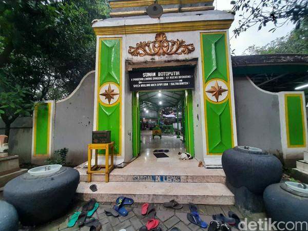Selanjutnya kita ke Makam Sunan Ampel yang berada dekat Masjid Ampel. Di sekitar makam terdapat pasar yang menjual beragam peralatan ibadah san kurma. Makam berada di Jalan Ampel Masjid Nomor 43, Kelurahan Ampel. Kecamatan Semampir, Surabaya, Jawa Timur. (Foto: Esti Widiyana/detikcom)