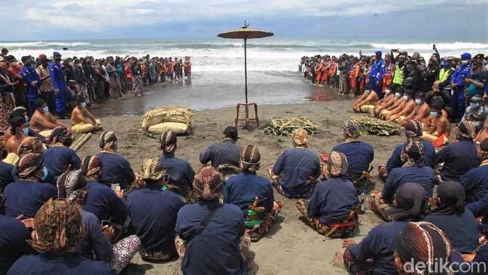 Prosesi labuhan digelar di Pantai Parangkusumo, Bantul. Prosesi adat yang digelar setahun sekali itu merupakan bentuk puji syukur kepada Tuhan Yang Maha Esa.