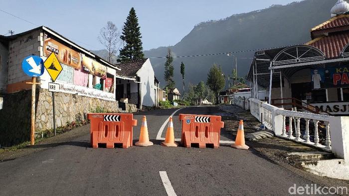Umat Hindu Tengger Bromo merayakan Nyepi. Saat menjalankan ibadah Catur Tapa Brata, jalur menuju wisata Gunung Bromo ditutup.