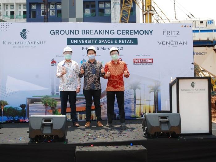Para Director PT Hong Kong Kingland melakukan seremoni GroundbreakingUniversity Space and Retail Kingland Avenue