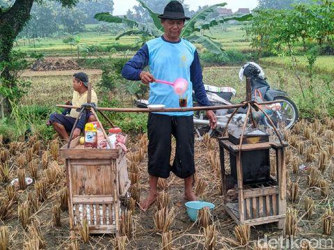 Saat panen raya tiba, ada yang menarik di Desa Pijeran, Kecamatan Siman. Lima pedagang kopi berkeliling menjajakan dagangannya dengan cara dipikul.