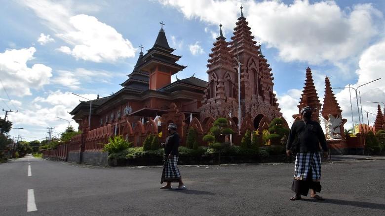 Bali tampak sepi dari aktivitas warga maupun wisatawan saat Hari Raya Nyepi. Pada saat itu umat Hindu di Pulau Dewata jalani catur brata penyepian selama 24 jam