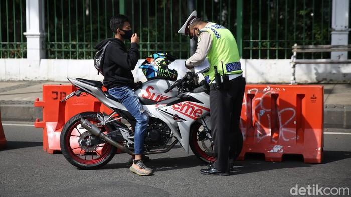 Polisi menggelar razia motor berknalpot bising di kawasan Monas. Puluhan motor diketahui telah terjaring razia tersebut.