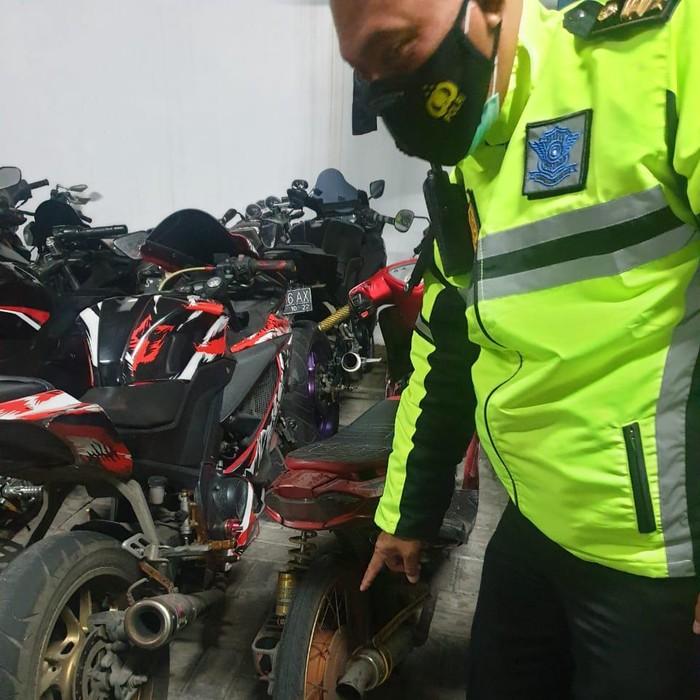 Polisi menggelar razia balap liar di Gresik. Dalam razia tersebut ada 4 motor berknalpot brong yang diamankan.