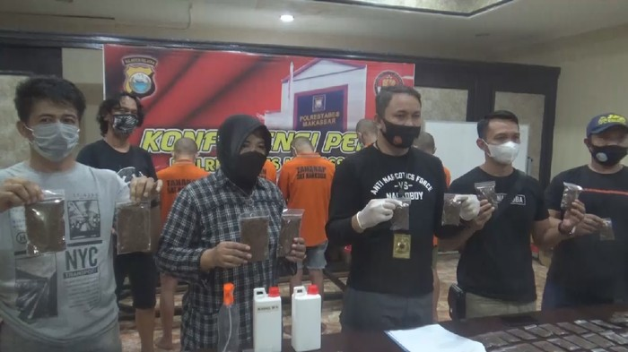 Rilis kasus pembuatan ganja gorila di Makassar (Reinhard/detikcom)