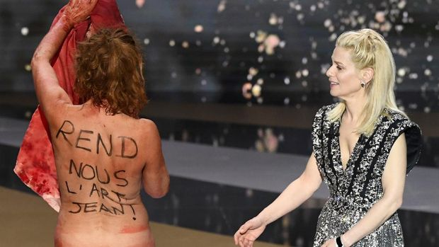 Seorang aktris Prancis membuat heboh dalam acara penghargaan film setempat Caesar Awards 2021. (AP/Bertrand Guay)