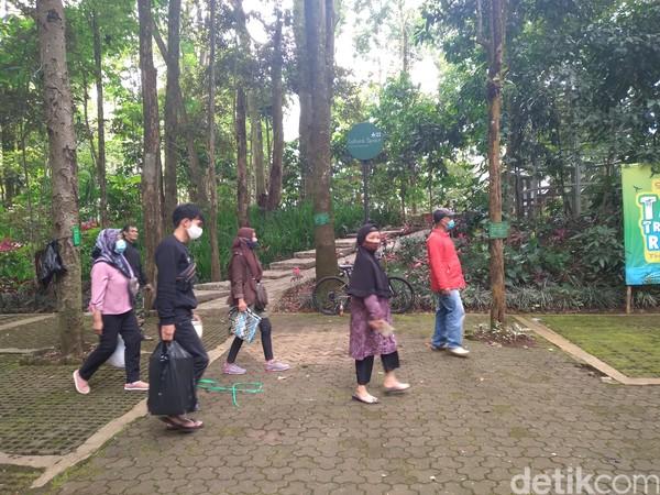 Pengunjung pun diminta untuk ikut menerapkan prokes dengan menggunakan masker, menggunakan hand sanitizer, dan cek suhu tubuh.