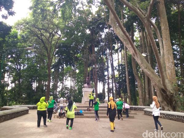 Tempat wisata Taman Hutan Raya (Tahura) Djuanda masih menjadi primadona objek wisata bagi kebanyakan wisatawan di Kota Bandung.