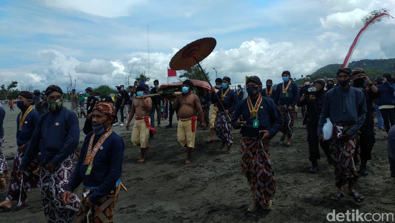 Tradisi Labuhan jumenengan tingalan dalem Sri Sultan Hamengku Buwono (HB) X di Pantai Parangkusumo, Bantul