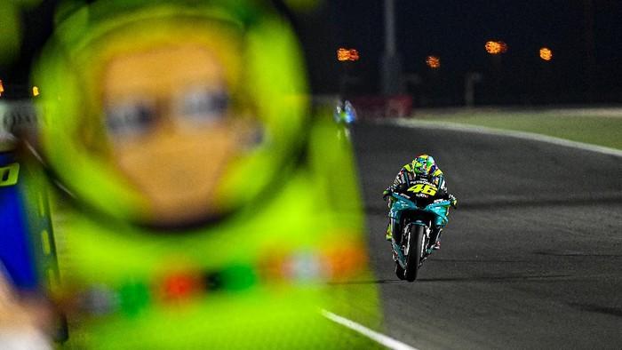Valentino Rossi pada tes kedua di Sirkuit Losail, Qatar.