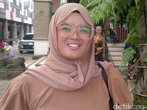 Viral pengantin jemput pasangannya yang ketiduran di Kota Pekalongan, Minggu (14/3/2021).