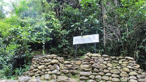 Pendapat itu diperkuat dengan lokasi Watu Dakon yang ada di tempat seperti punden berundak. Sampai saat ini Watu Dakon masih digunakan sejumlah masyarakat untuk ritual tertentu. (Vandi Romadhon/detikTravel)